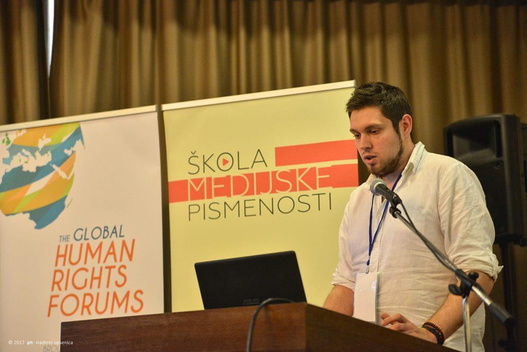 """Alumnista """"Škole medijske pismenosti"""" Uroš Đurović na otvaranju konferencije"""